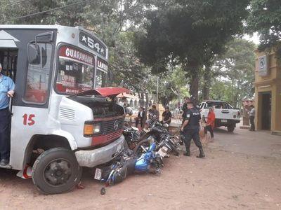 Colectivo rodó libre por pendiente y atropelló una cantidad de motos