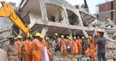 Derrumbe de edificio mata a una docena de gente