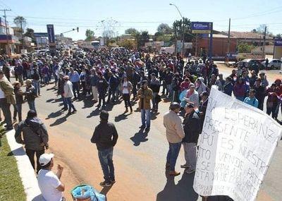 Campesinos cierran rutas para presionar renuncia de traidores a la patria