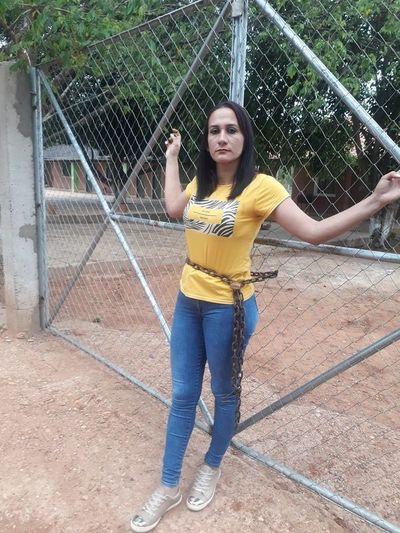 Mujer se encadenó a portón de escuela por falta de docentes