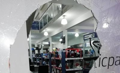 HOY / Vándalo destroza blíndex de un comercio en Luque