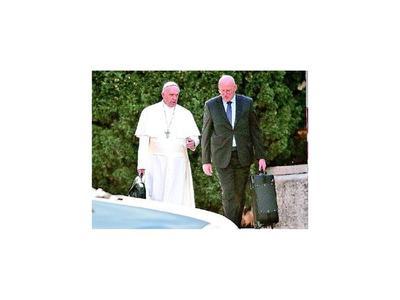 Jefe de seguridad   del Papa renuncia por  filtración confidencial