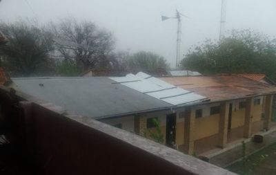 Temporal destecha casas y  un colegio en Bahía Negra