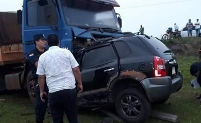 Mujer muere tras chocar frontalmente contra camión