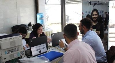 Residentes argentinos iniciaron sus trámites de radicación ante el equipo móvil de Migraciones