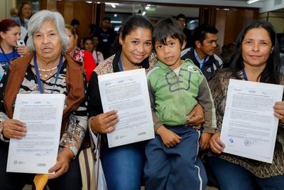 Más de 50 familias de Ypacaraí reciben contratos por sus lotes