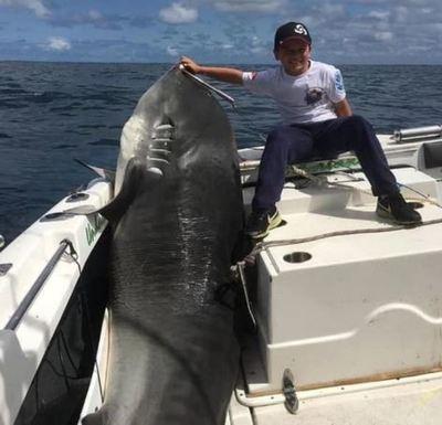 Jayden, el niño de 8 años que capturó a un tiburón de 314 kg