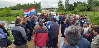 Pobladores de Ñeembucú se manifiestan y exigen construcción de puente de hormigón