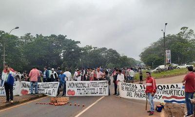 Policía despeja ruta con carros hidrantes y gases lacrimógenos en Oviedo