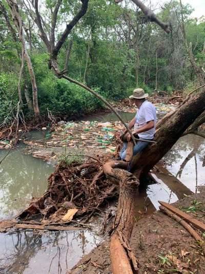 Arroyo Amambay que alimenta el Lago de la República está repleto de basura