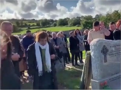 Bromeó en el día de su funeral con una grabación