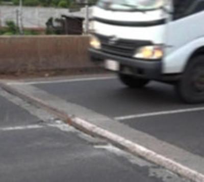Retiran una trampa que dañó vehículos sobre viaducto