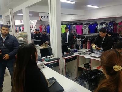 Fiscalía allana conocido local de ropas por evasión de impuestos