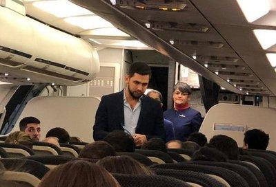 """Escrachan a """"Joselo"""" y a los gritos piden que los bajen de un avión"""