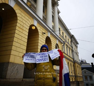 """Una paraguaya frente al Congreso finlandés: """"No sean cómplices"""""""