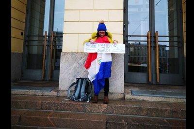 Paraguaya protesta frente al Congreso finlandés por refugio a fugitivos