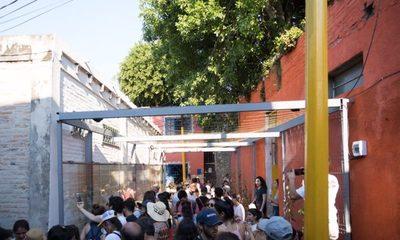 Habilitan innovadora biblioteca callejera en la Chacarita con mural de códigos QR