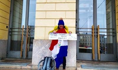 Paraguaya se manifiesta en Finlandia contra refugio de Arrom y Martí