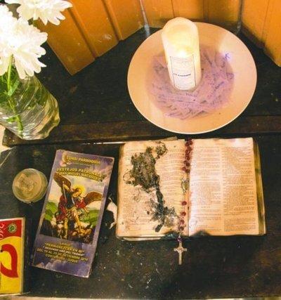 Ahora, el fuego ataca la Biblia en la casa de Costa Sosa •