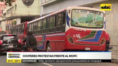 Choferes protestan frente al MOPC