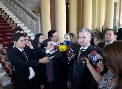Bacchetta desafía a sus colegas que responsabilizan a Mario Abdo de la firma del acta bilateral