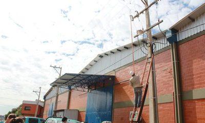 Imputan a comerciantes del Parque Mercosur por conexiones eléctricas clandestinas