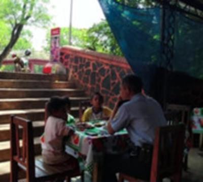 Policía invita a almorzar a niños de la calle en Ciudad del Este