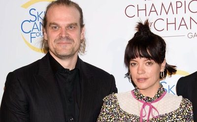 ¡David Harbour y Lily Allen confirmaron su relación!