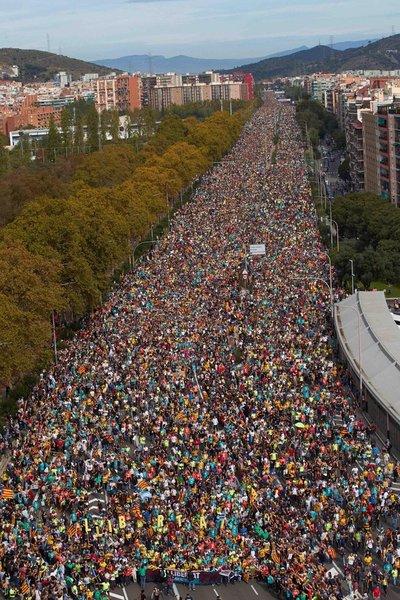 Barcelona: Independentistas se enfrentan con piedras y botellas a la Policía