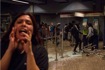 Santiago en caos tras protestas por aumento de tarifa del Metro