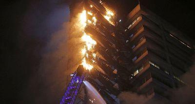 En medio de las protestas, incendiaron el edificio ENEL en Santiago