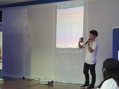 Tigo presenta taller digital para adultos mayores en el uso de smartphones y la tecnología 4G LTE
