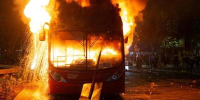 Primero Quito, ahora ardió Santiago: Sebastián Piñera declaró estado de emergencia