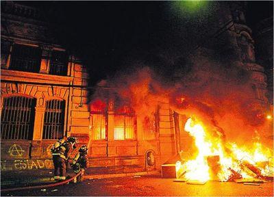 Ante violencia, Piñera ayer suspendió el alza en metro