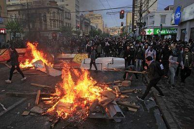 Chile: Tres muertos y toque de queda en tres regiones por graves disturbios