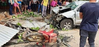 Conductor pierde el control de vehículo y arrolla a tres personas