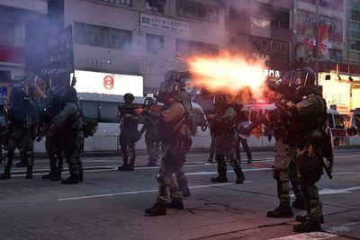 Multitud desafía a la policía en Hong Kong tras agresión de dos manifestantes