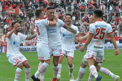 Lucas Barrios anota en la victoria de Huracán sobre San Lorenzo