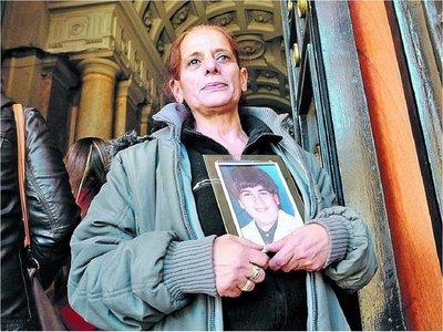 Vivió una doble vida por años para encontrar al asesino de su hijo