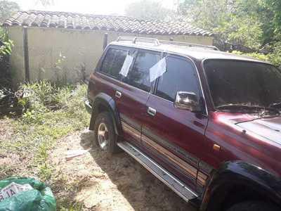 Incautaron dos camionetas y numerosas chapas en su interior que serían robadas