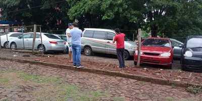 Delincuentes roban un vehículo de una playa de autos