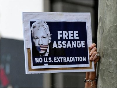 Assange comparece ante la Justicia con dificultades para hablar