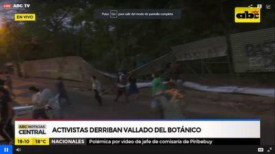 Manifestantes derriban vallado perimetral de obras en Jardín Botánico