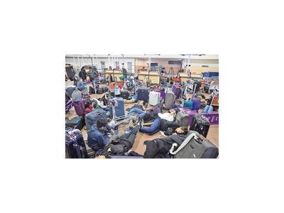 Cientos de viajeros atrapados en aeropuerto de Santiago