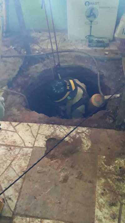 Balde con tierra cae sobre obrero en un pozo de agua y es rescatado por bomberos