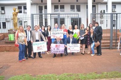 Abogados se manifiestan en contra de la colegiación de profesionales del derecho
