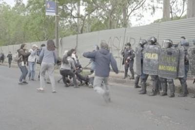 Ministro justifica reacción policial: 'no son budas con solpán'