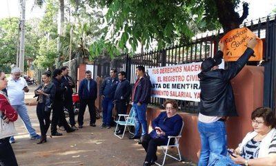 Funcionarios del Registro Civil anuncian 30 días de huelga