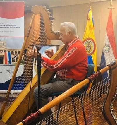 Arpista paraguayo presentó su arpa cromática en festival de Bogotá
