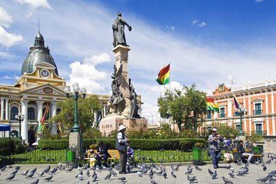 Exótica ciudad cruzando la frontera del país
